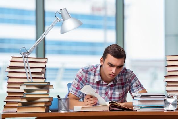 Jeune étudiant préparant des examens universitaires