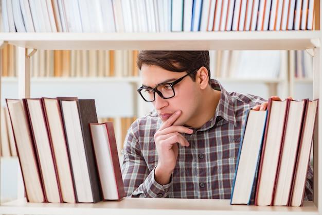 Jeune étudiant à la recherche de livres dans la bibliothèque du collège