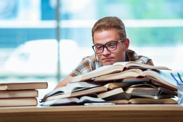 Jeune étudiant se préparant aux examens du lycée