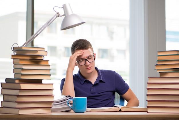 Jeune étudiant se préparant aux examens de l'école