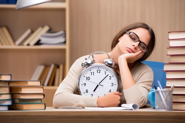Jeune étudiant se préparant aux examens universitaires