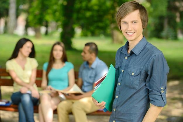 Jeune étudiant de sexe masculin à l'extérieur dans le parc.