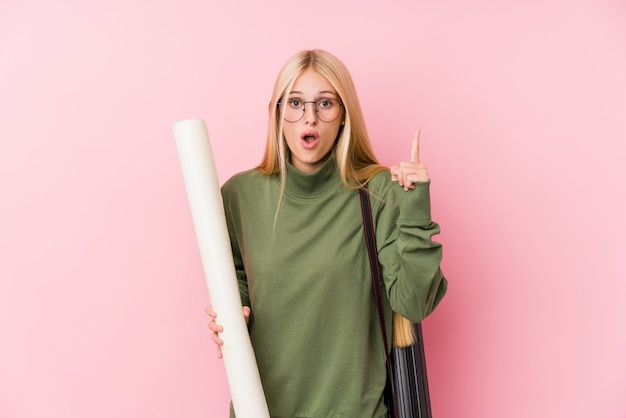 Jeune étudiante en architecture blonde ayant une bonne idée