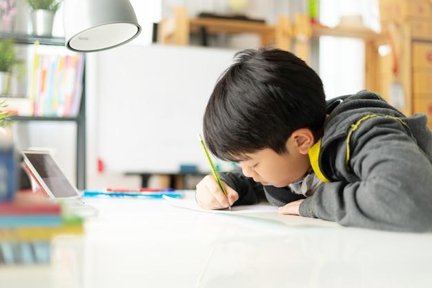 Jeune étudiante asiatique à faire ses devoirs
