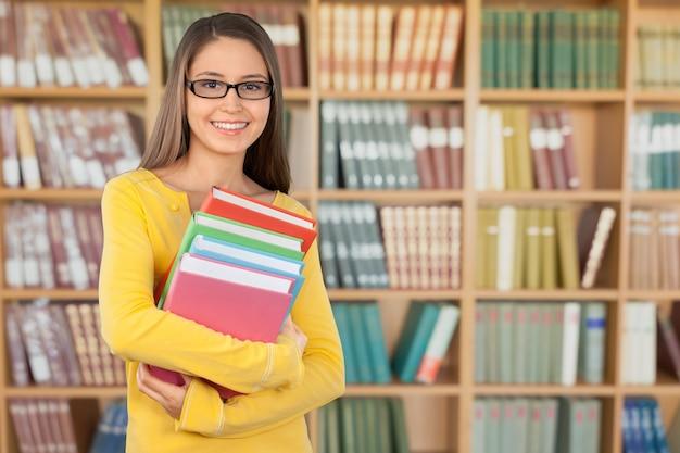 Jeune étudiante en bibliothèque