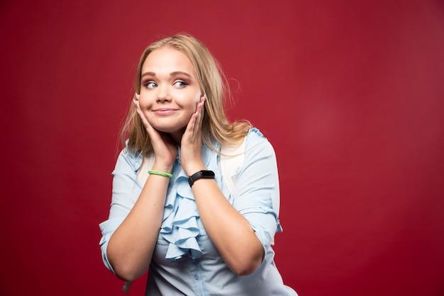 Une jeune étudiante blonde retourne à l'école et se sent belle et heureuse.