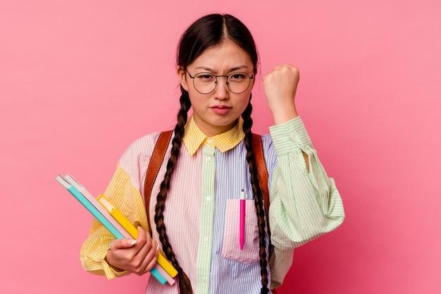 Jeune étudiante chinoise isolée sur fond rose