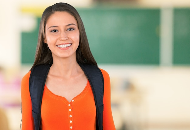 Jeune étudiante collégiale sur l'arrière-plan
