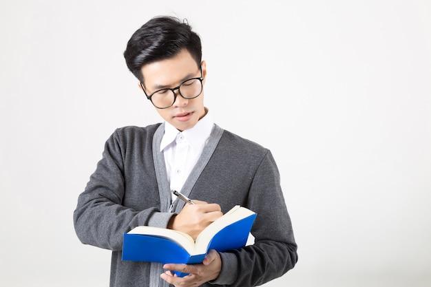 Jeune étudiante diplômée d'asie avec accessoires d'apprentissage.