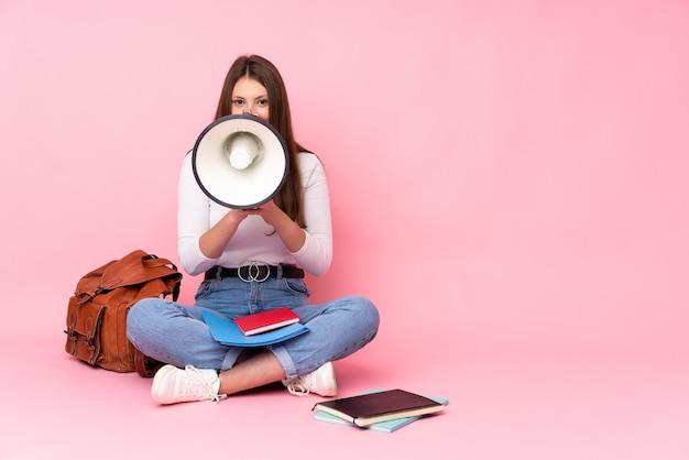 Jeune étudiante femme sur fond isolé