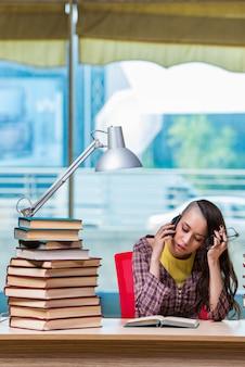 Jeune étudiante parle sur téléphone mobile