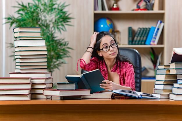 Jeune étudiante Préparant Les Examens Du Collège Photo Premium
