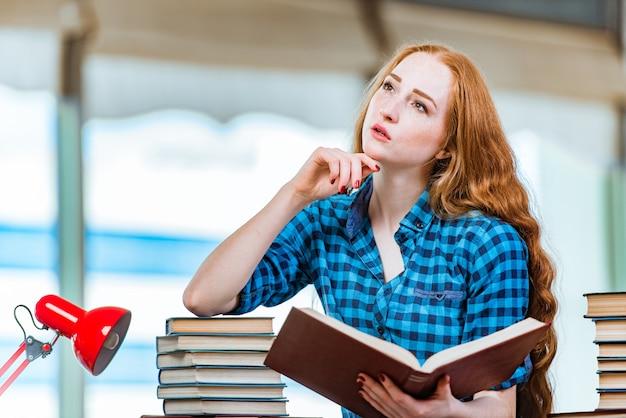 La jeune étudiante préparant les examens