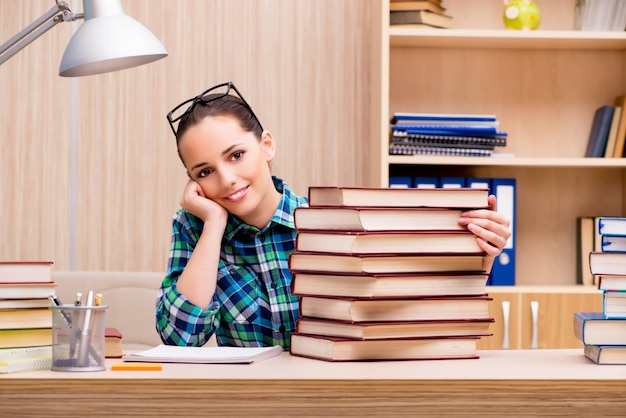 Jeune étudiante préparant des examens