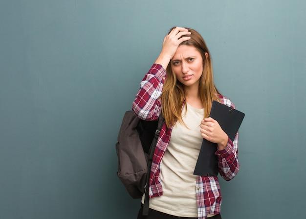 Jeune étudiante russe fatiguée et très fatiguée