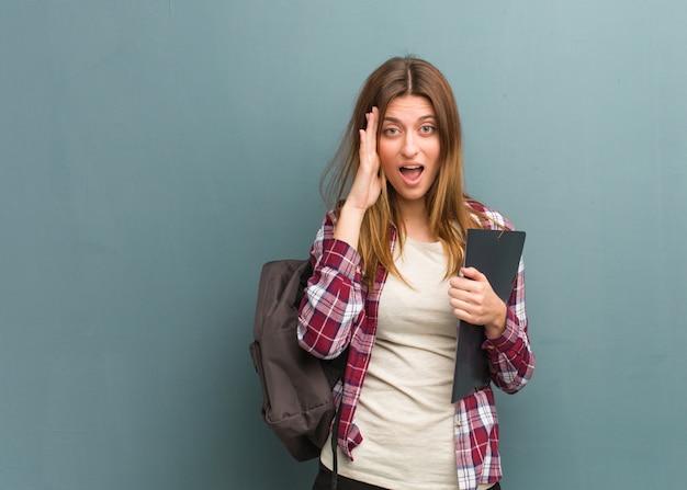 Jeune étudiante russe surprise et choquée