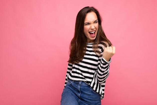 Jeune européenne émotionnelle positive heureuse belle femme brune