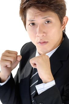 Jeune exécutif lutte pose, portrait agrandi de l'homme d'affaires asiatique.