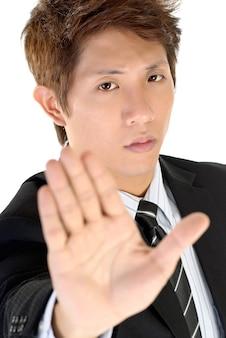 Jeune exécutif rejette le geste avec une expression confiante sur le visage.