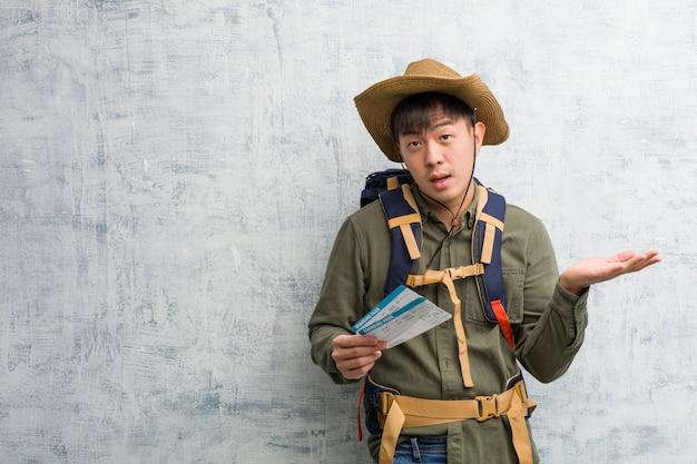 Jeune, explorateur, chinois, homme, tenue, air, billets, tenue, quelque chose, paume, main