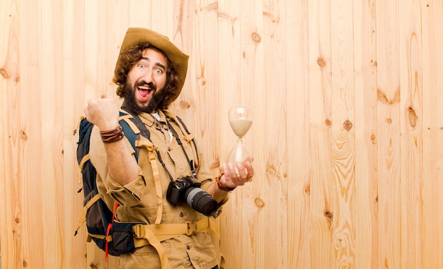 Jeune explorateur fou avec chapeau de paille et sac à dos