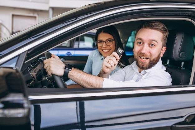 Jeune famille achète une voiture