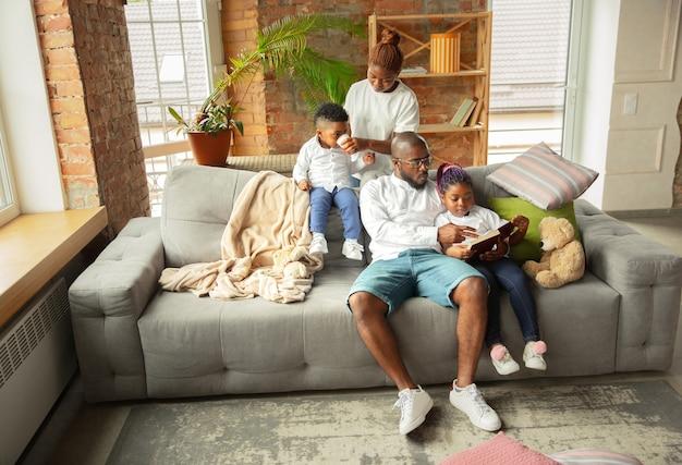 Jeune famille africaine pendant la quarantaine à la maison