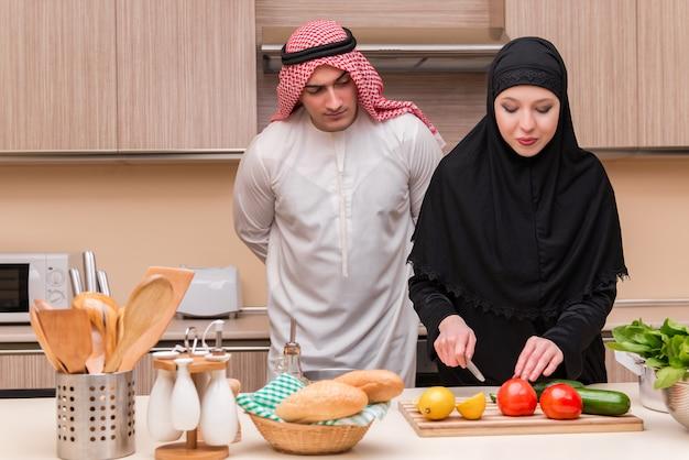 Jeune famille arabe dans la cuisine