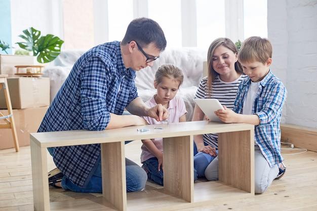 Jeune famille, assemblage, garde-robe
