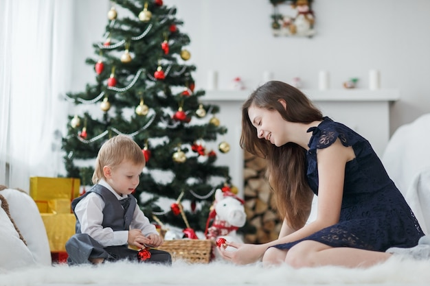 Jeune famille au sapin de noël