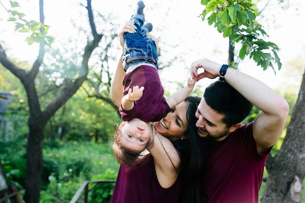 Jeune famille à la campagne profitant de la nature