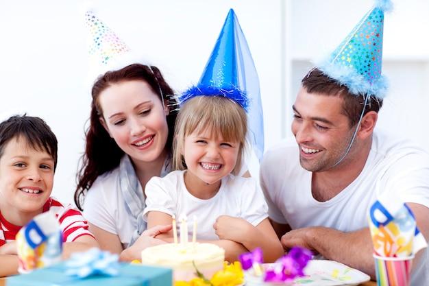 Jeune famille célébrant un anniversaire