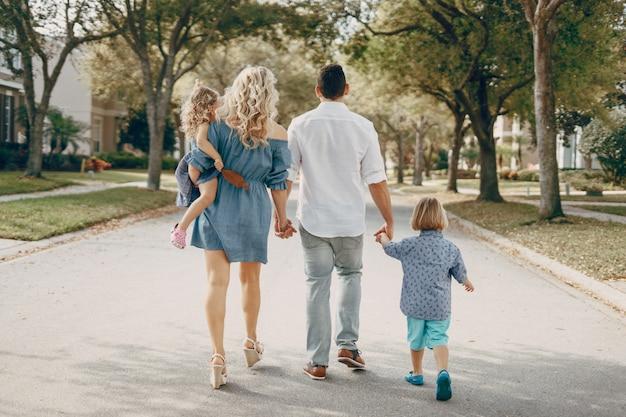 Jeune famille dans la rue