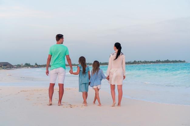 Jeune famille avec deux enfants en vacances à la plage