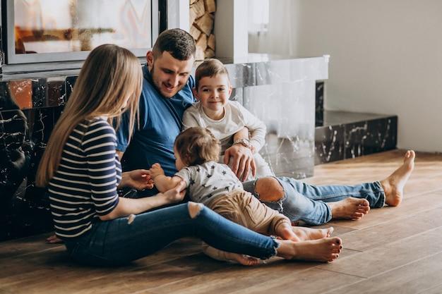 Jeune famille avec deux fils dans la maison