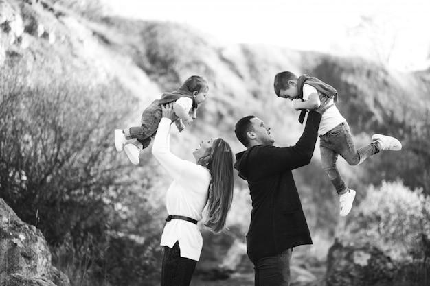 Jeune famille avec deux fils ensemble à l'extérieur du parc