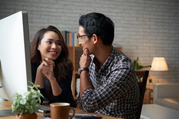 Jeune famille de deux personnes discutant des achats en ligne en vente