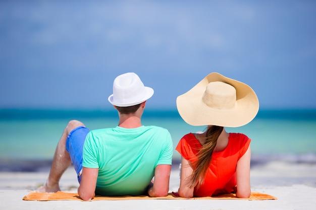 Jeune famille de deux personnes sur la plage blanche pendant les vacances d'été