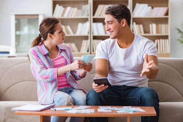 Jeune famille discutant des finances familiales