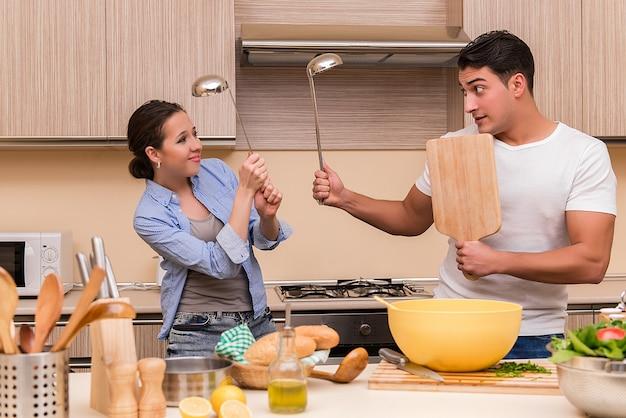 Jeune famille, drôle, se battre, cuisine