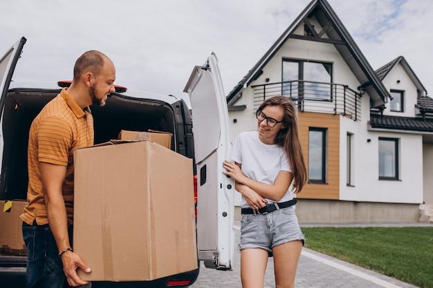 Jeune famille emménageant dans leur nouvelle maison