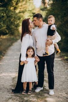 Jeune famille avec enfants en forêt ensemble