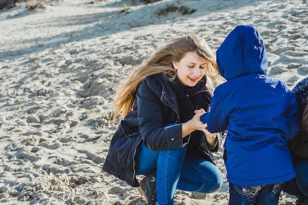 Une jeune famille avec enfants passe le week-end sur les rives de la mer baltique froide