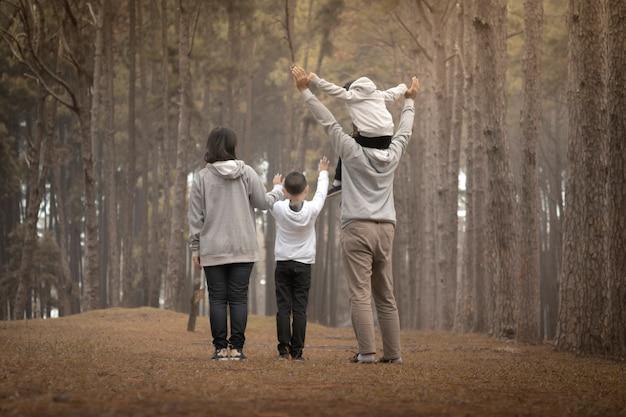Jeune famille avec des enfants s'amusant dans la nature
