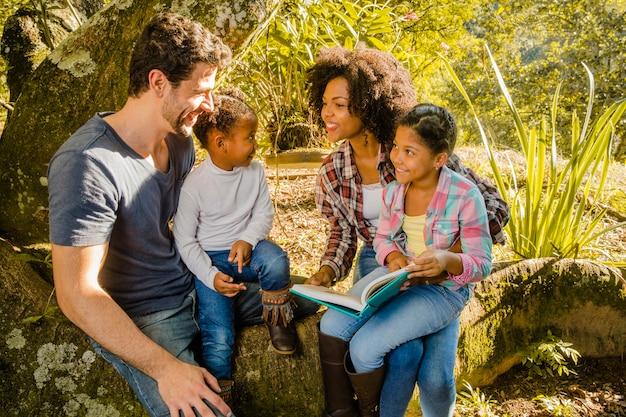 Jeune famille ensemble sous un arbre