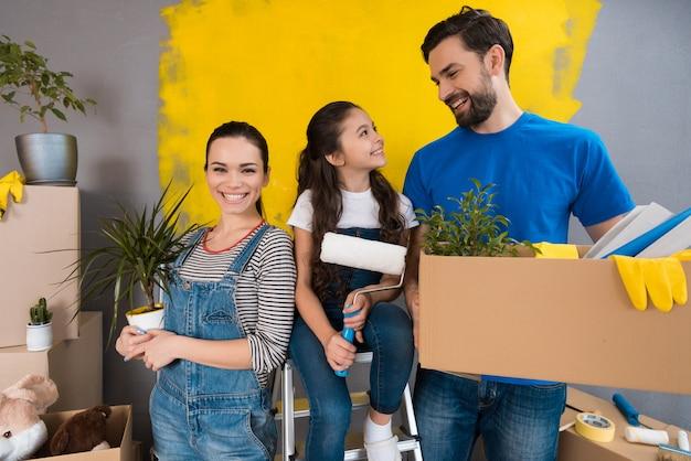 Jeune famille faisant des réparations dans la maison à vendre.