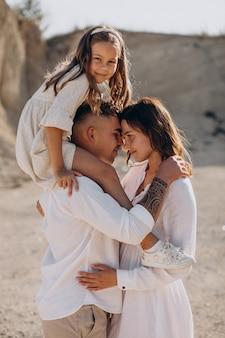 Jeune famille, à, fille, sortir ensemble