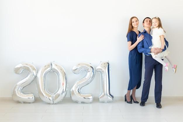 Jeune famille heureuse célébrant le nouvel an