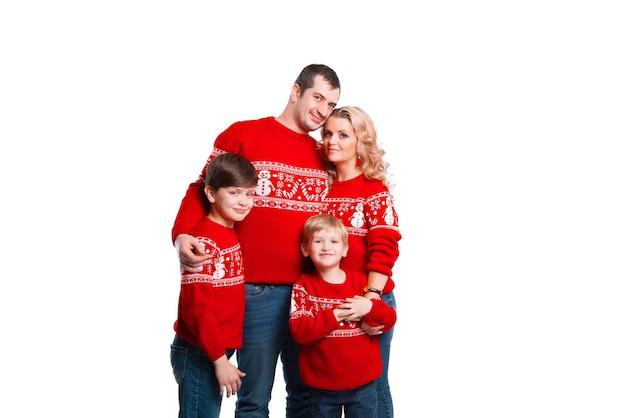 Une jeune famille heureuse avec deux enfants