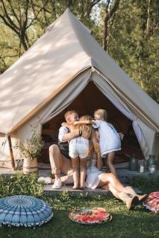 Jeune famille heureuse, passer du temps au parc ou à la campagne